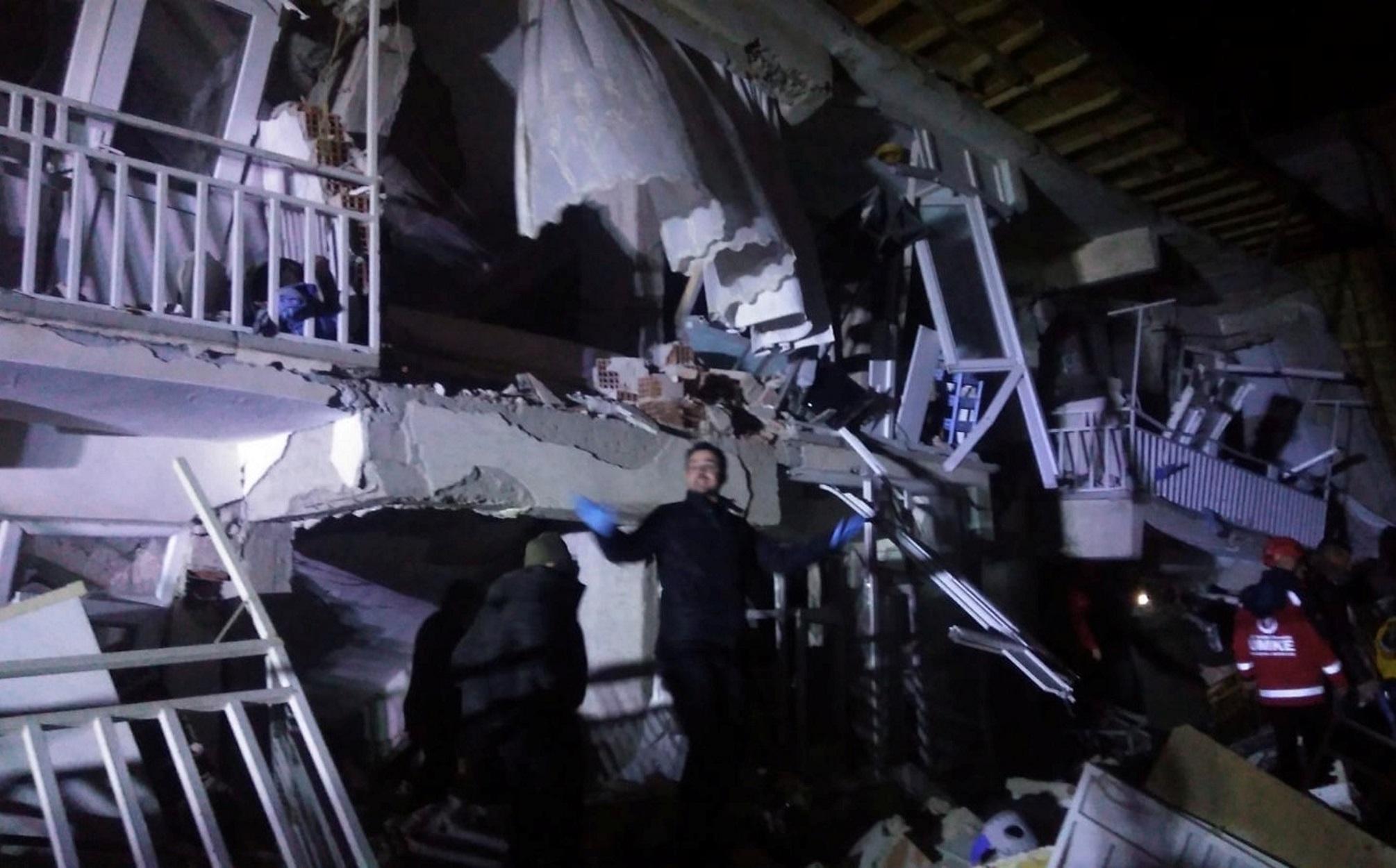 Όλο και περισσότερα πτώματα ξεθάβονται στην Τουρκία! Τουλάχιστον 18 νεκροί από τον φονικό σεισμό - Συγκλονιστικές μαρτυρίες