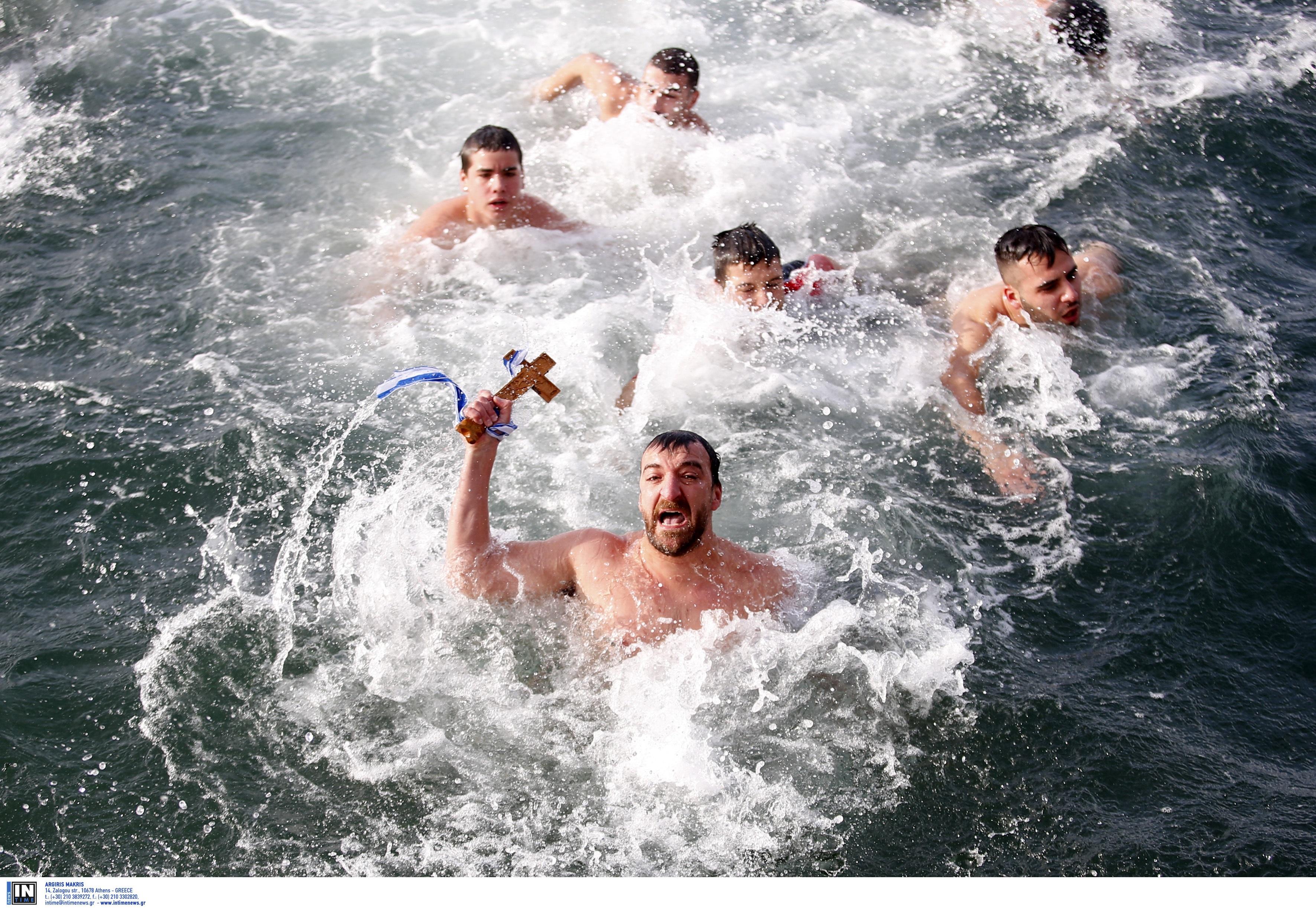 Με χαμηλές θερμοκρασίες, σε θάλασσες και... πισίνες, ο εορτασμός των Θεοφανείων στη συμπρωτεύουσα