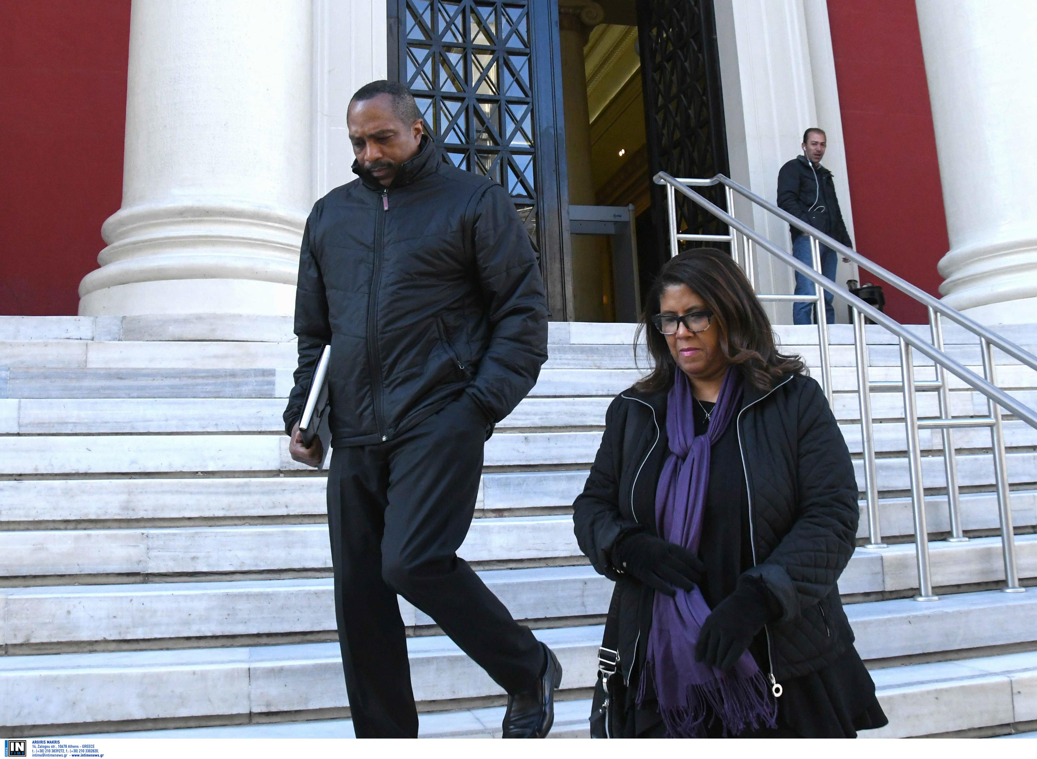 Πάτρα: Συγκίνησαν οι χαροκαμένοι γονείς του Μπακάρι Χέντερσον! Διακόπηκε η δίκη για τη δολοφονία του παιδιού τους [pics]