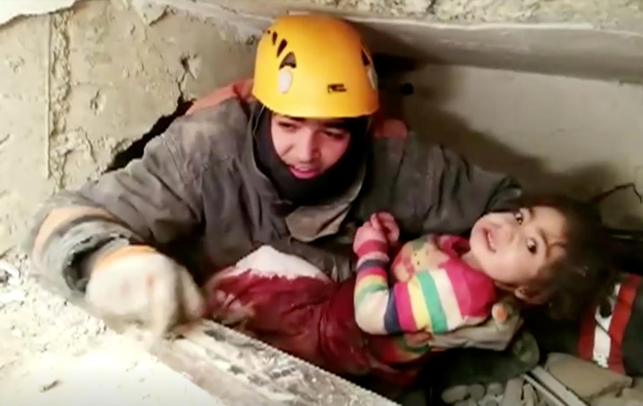 Σεισμός στην Τουρκία: Η διάσωση μάνας και κόρης από τα συντρίμμια [Video]