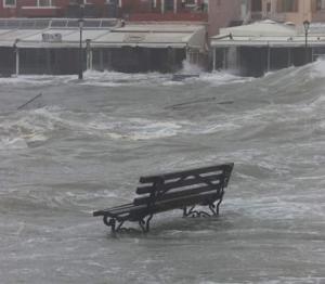 Χανιά: Στεριά και θάλασσα έγιναν ένα στο Ενετικό Λιμάνι! Το παγκάκι που θυμίζει ότι από κάτω υπάρχει πεζοδρόμιο [pics, video]