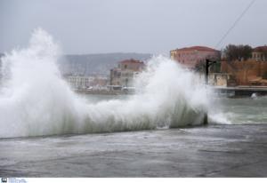 Χανιά: Θωρακίζεται το ενετικό λιμάνι από τα κύματα που μπαίνουν μέσα στα καταστήματα!