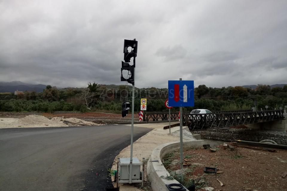 Χανιά: Άρχισαν να πυροβολούν και διέλυσαν το φανάρι! Οι εικόνες στη στρατιωτική γέφυρα [pics]