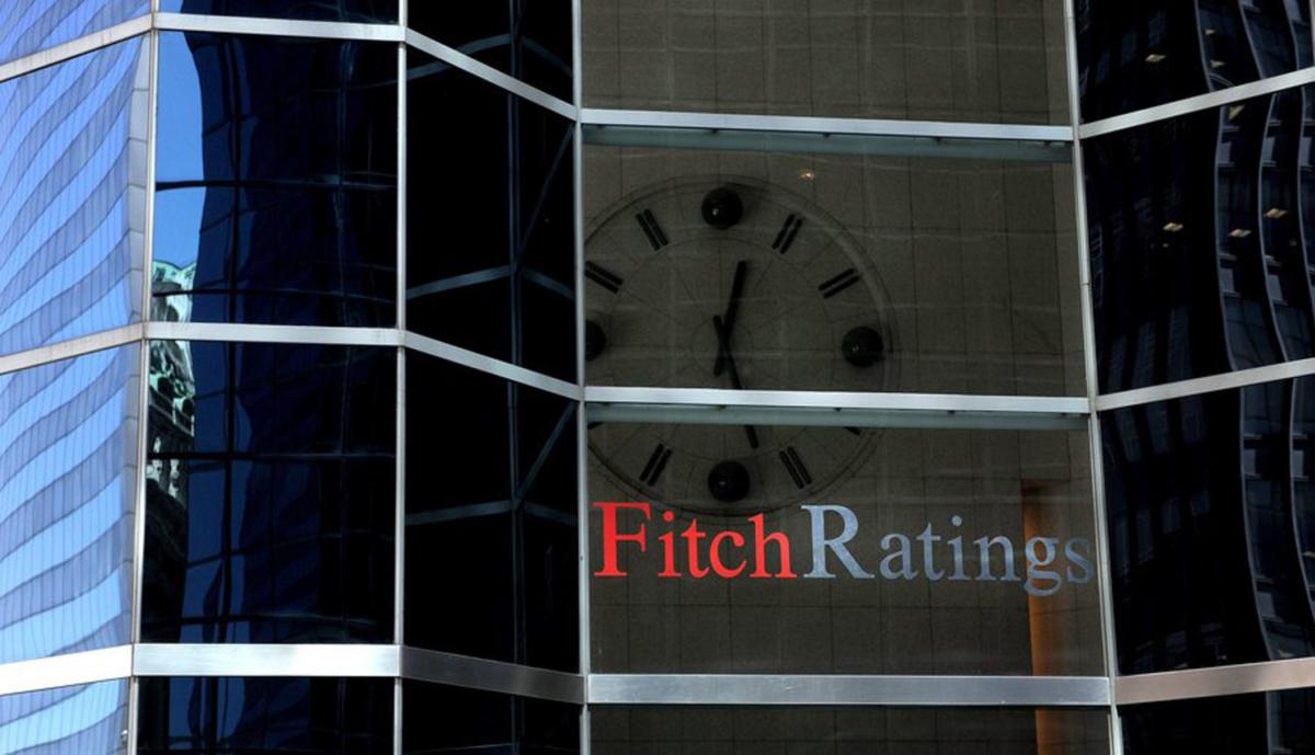 Fitch: Το ελληνικό χρέος παραμένει βιώσιμο παρά την πανδημία