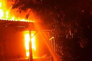 Θεσσαλονίκη: Πυροσβέστης καταγράφει με κάμερα την κατάσβεση φωτιάς σε βιοτεχνία ξυλείας! Εικόνες που κόβουν την ανάσα [video]