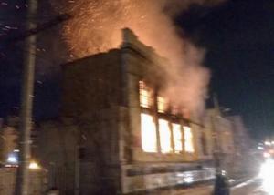 Πειραιάς: Επικίνδυνο να καταρρεύσει το διατηρητέο που έπιασε φωτιά και πέθανε ένα μικρό παιδί