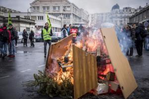 Παρίσι: Χρήση δακρυγόνων από την αστυνομία για να διαλύσει τους διαδηλωτές
