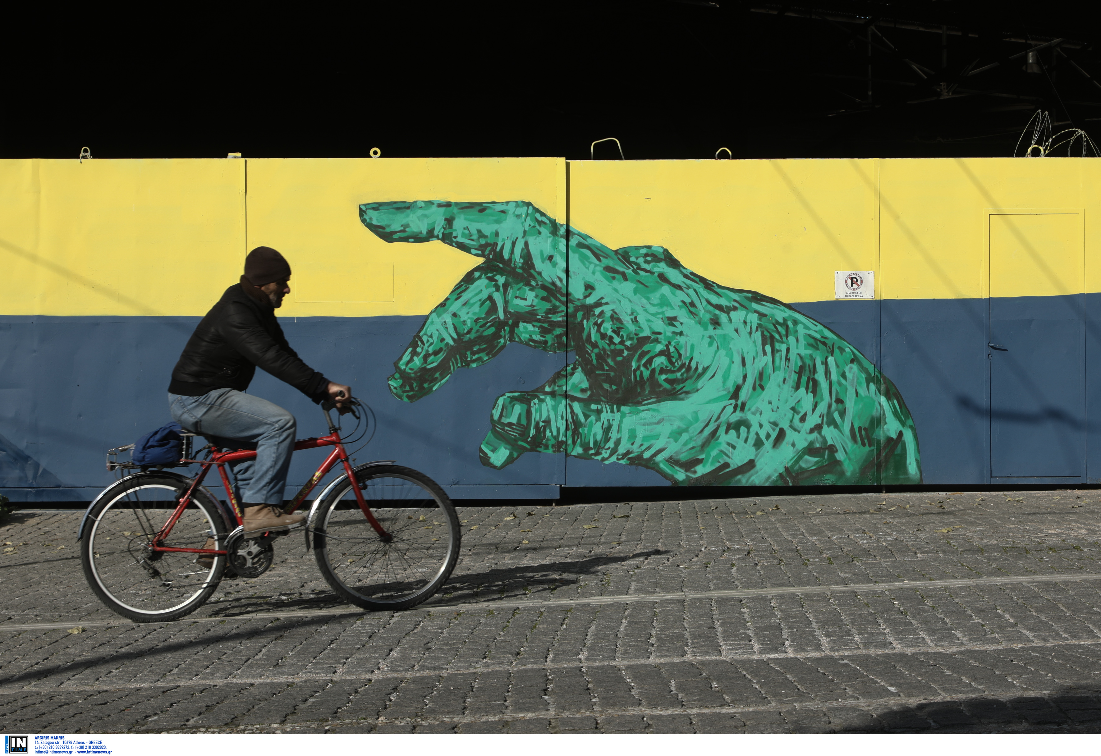 """Ένα… τεράστιο χέρι """"αγγίζει"""" τον ποδηλάτη στο Μεταξουργείο!"""