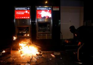 Χάος την Πρωτοχρονιά στο Χονγκ Κονγκ! Δακρυγόνα και μολότοφ σε νέα διαδήλωση