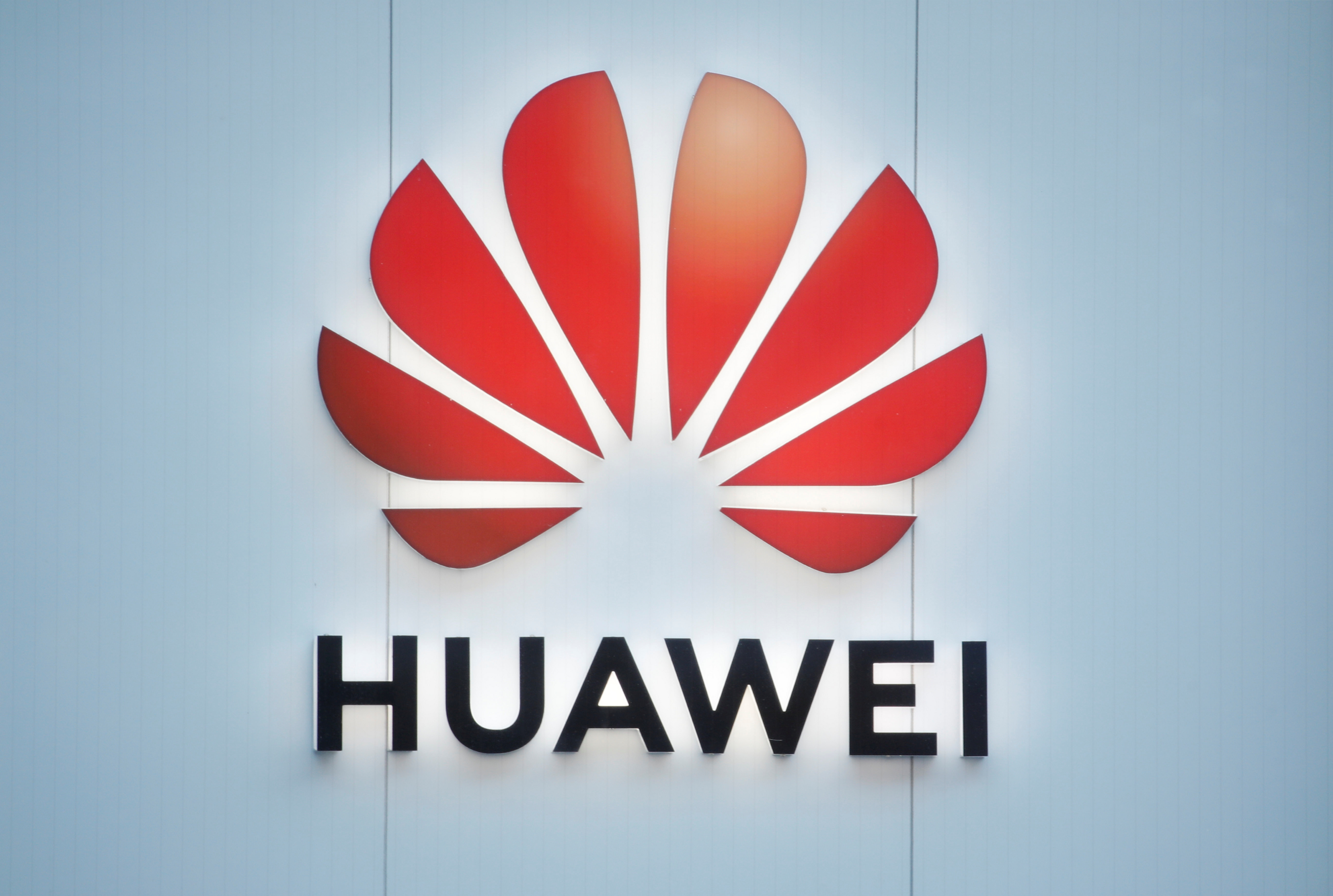 "Huawei: ""Αυθαίρετη και ολέθρια"" η απόφαση Τραμπ να μπλοκάρει το δίκτυο 5G"
