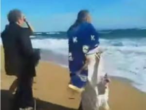 Θεοφάνεια 2020: Η στιγμή που οι θυελλώδεις άνεμοι ρίχνουν τον ιερέα στη θάλασσα της Κεφαλονιάς [video]