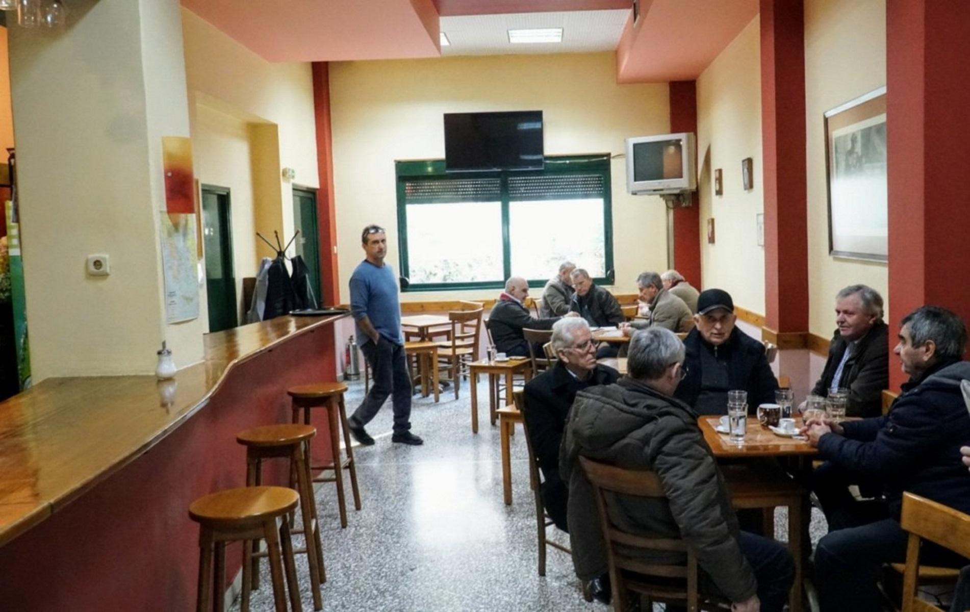 Κορονοϊός: Στην Αιτωλοακαρνανία αγνόησαν τα μέτρα και μαζεύτηκαν να δουν μπάλα σε καφενείο