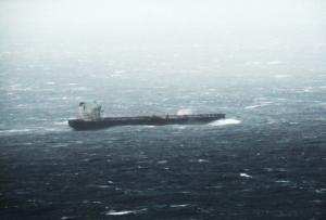 Κάβο Ντόρο: Η μάχη τεράστιου τάνκερ με τα κύματα στη φουρτουνιασμένη θάλασσα! Εικόνες που καθηλώνουν [pics]