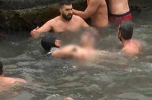 Θεοφάνεια 2020: Σοκ στην Κωνσταντινούπολη! Λιποθύμησε άνδρας που βούτηξε για τον Σταυρό! video
