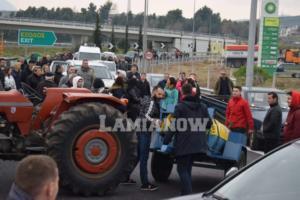 Εθνική Οδός: Μπλόκο στην Αθηνών – Λαμίας για το προσφυγικό! Τρακτέρ, σημαίες και συνθήματα [pics]