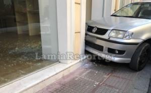 Λαμία: Τροχαίο για μητέρα που πήγαινε στο σχολείο την κόρη της! Το αυτοκίνητο μπήκε σε κατάστημα [pics]