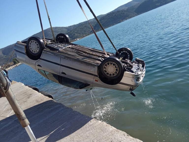 Αυτοκίνητο έπεσε στο λιμάνι του Αστακού! Δείτε φωτογραφίες