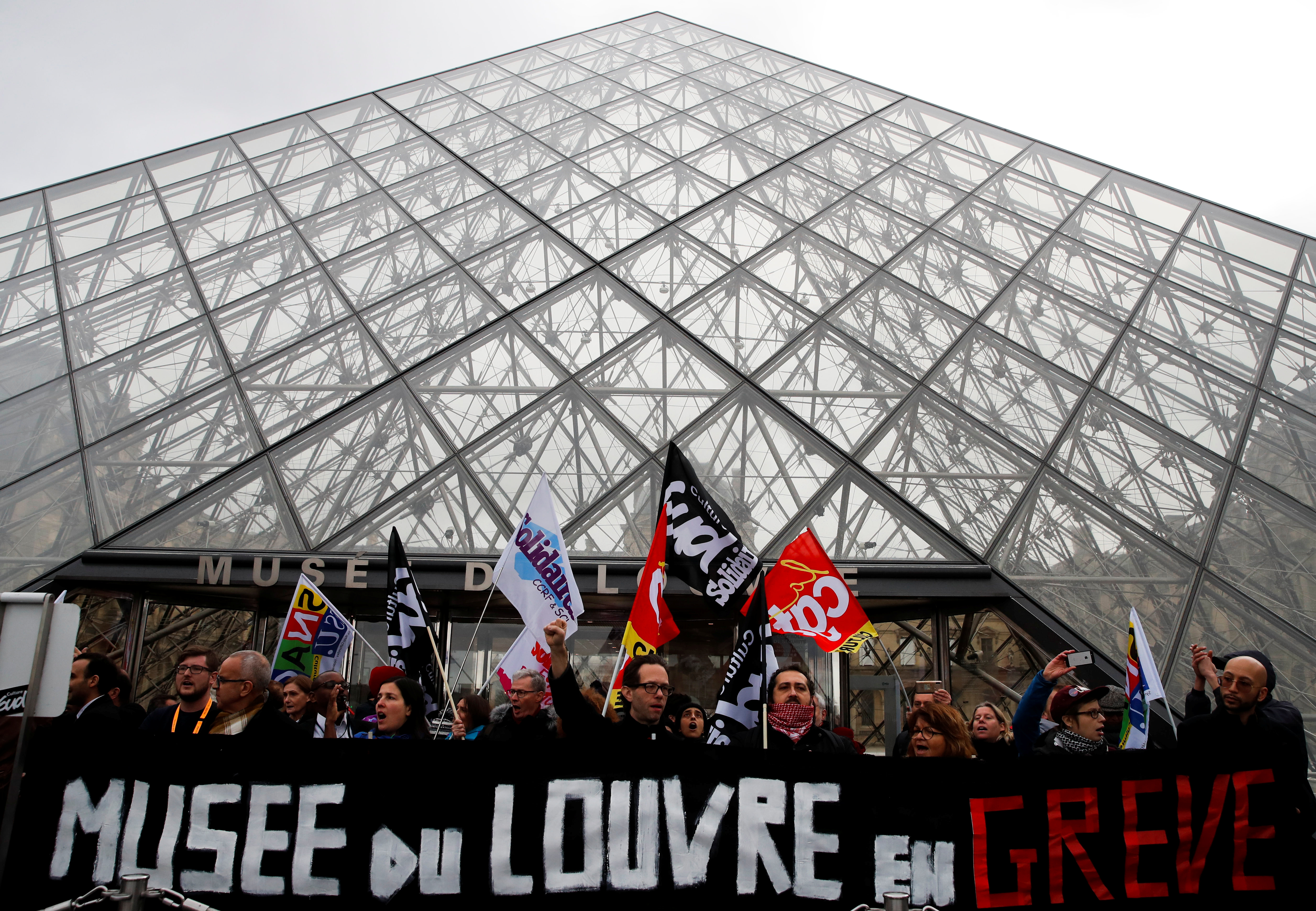 Απεργοί έχουν αποκλείσει το μουσείο του Λούβρου! Οργή από τους τουρίστες