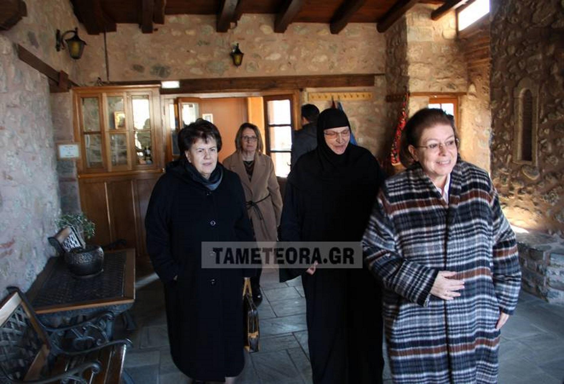 Μετέωρα: Ξενάγηση για τη Λίνα Μενδώνη στη Μονή Ρουσσάνου! Δίπλα της η Άννα Παναγιωταρέα [video]