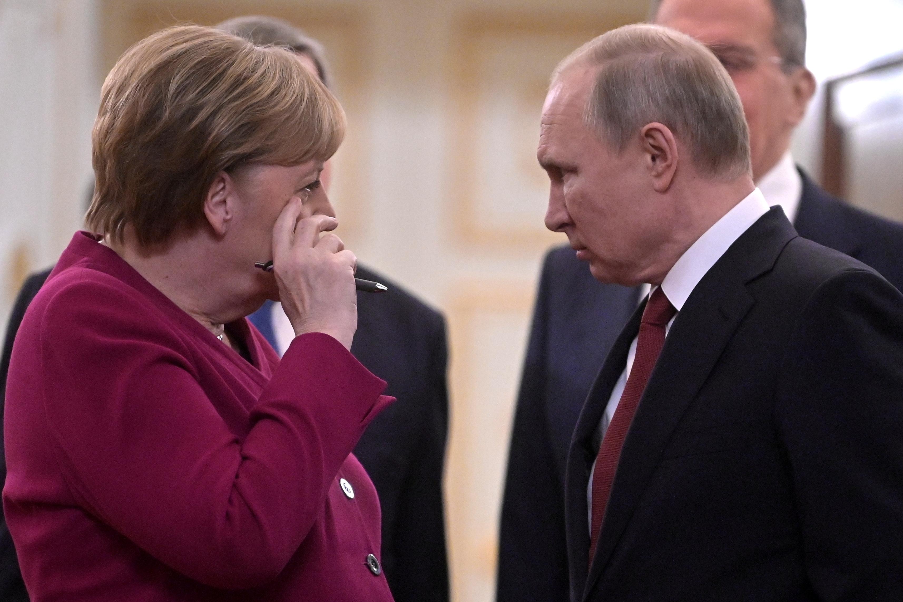 Μέρκελ σε Πούτιν: Απόσυρε τον στρατό από τα σύνορα με την Ουκρανία