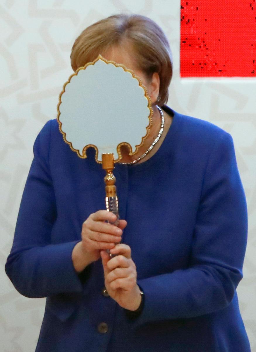 Τρελάθηκε με το δώρο του Ερντογάν η Μέρκελ (pics)