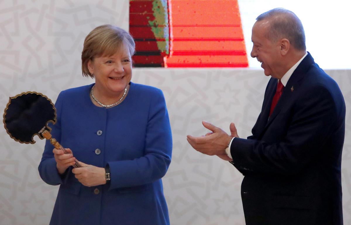 Σαν μικρό παιδί έκανε η Μέρκελ με το δώρο του Ερντογάν! (photos)