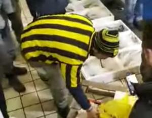 Θεσσαλονίκη: Η καζούρα οπαδών του Άρη σε Παοκτσήδες με μπανάνες, κοτόπουλα και ένα ματωμένο σεντόνι [video]