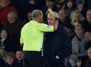 """Premier League: Το """"τερμάτισε"""" ο Μουρίνιο! Πήρε κίτρινη κάρτα για τον πιο απίθανο λόγο (video)"""