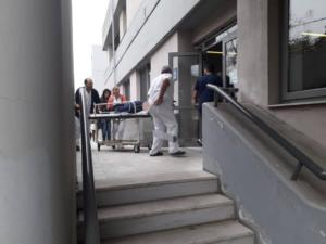 Τρίκαλα: Εικόνες σοκ μετά την πτώση γυναίκας στο κενό από τον 4ο όροφο του νοσοκομείου [pics]