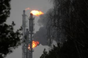 Υποχωρούν οι τιμές στο πετρέλαιο μετά το αρχικό σοκ στη Μέση Ανατολή
