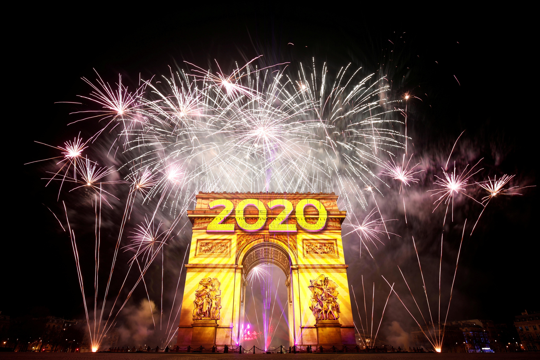 Έτσι υποδέχτηκε ο κόσμος το 2020 - Βεγγαλικά και πολύχρωμοι ουρανοί από το Παρίσι μέχρι την Βόρεια Κορέα
