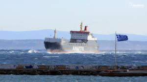 Χίος: Το πλοίο Πελαγίτης δαμάζει τα κύματα των 7 μποφόρ και μπαίνει στο λιμάνι [video]