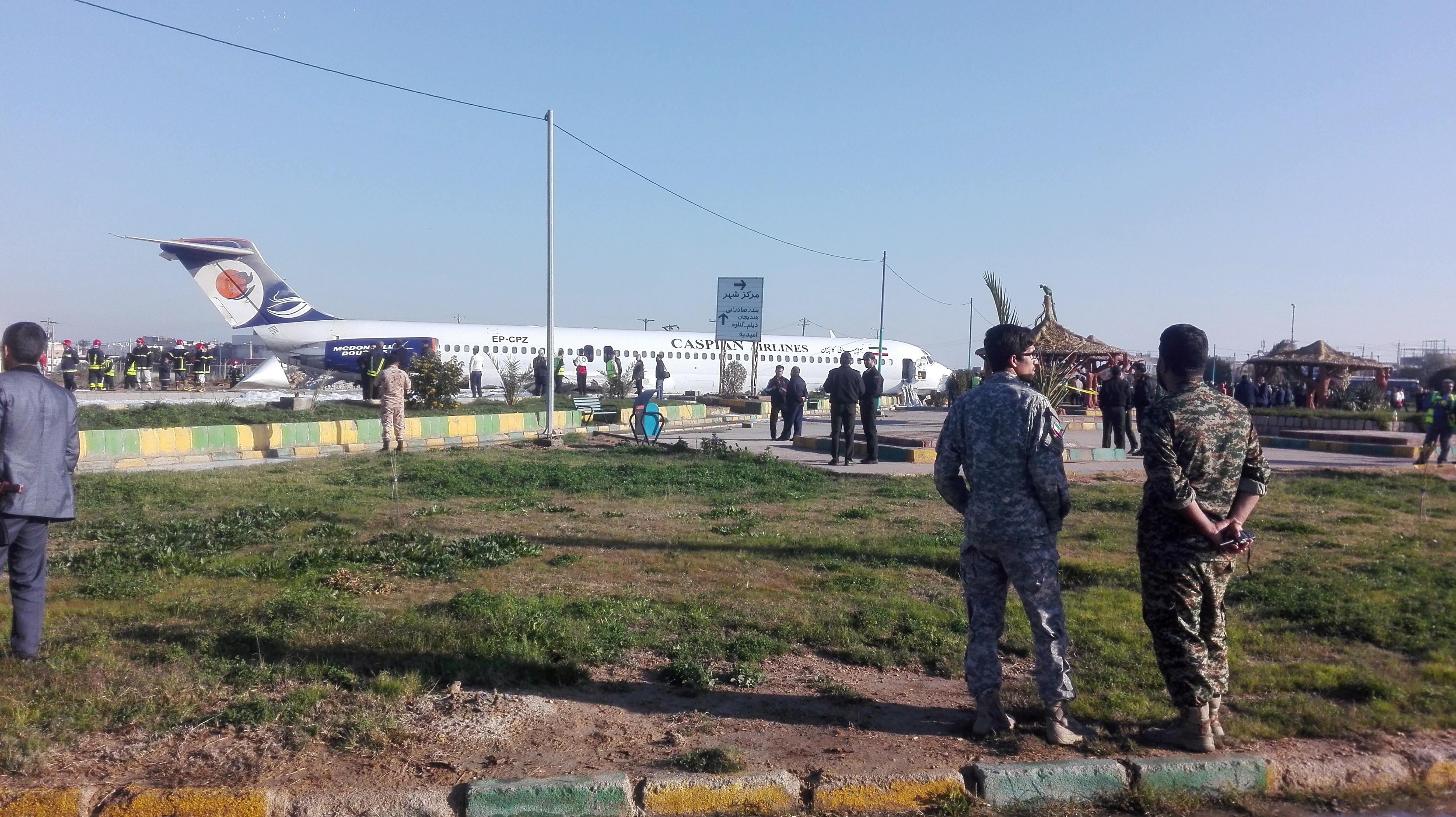 Τρόμος για 85 επιβάτες! Το αεροπλάνο γλίστρησε και βρέθηκε στον δρόμο! [vid]