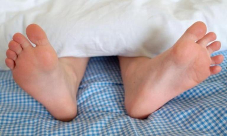 Ξύπνησε και είδε τον διαρρήκτη να… του γλείφει τα πόδια