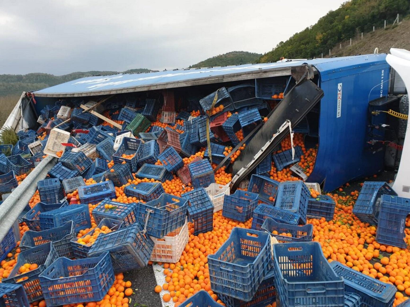 Εθνική Οδός: Ανατροπή νταλίκας με πορτοκάλια! Έκλεισε η Σπάρτης – Τρίπολης για πάνω από 4 ώρες [pics]