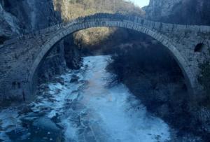 Ήπειρος: Πάγωσε το ποτάμι στο πέτρινο γεφύρι του Κόκκορη στο Ζαγόρι! Ο υδράργυρος έκανε βουτιά [pic]