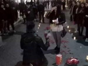 Πάτρα: Πρόταση γάμου με κεριά, λουλούδια και ραβασάκια στη μέση του δρόμου