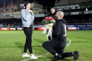 Πρόταση γάμου στο ημίχρονο αγώνα της Superleague! video
