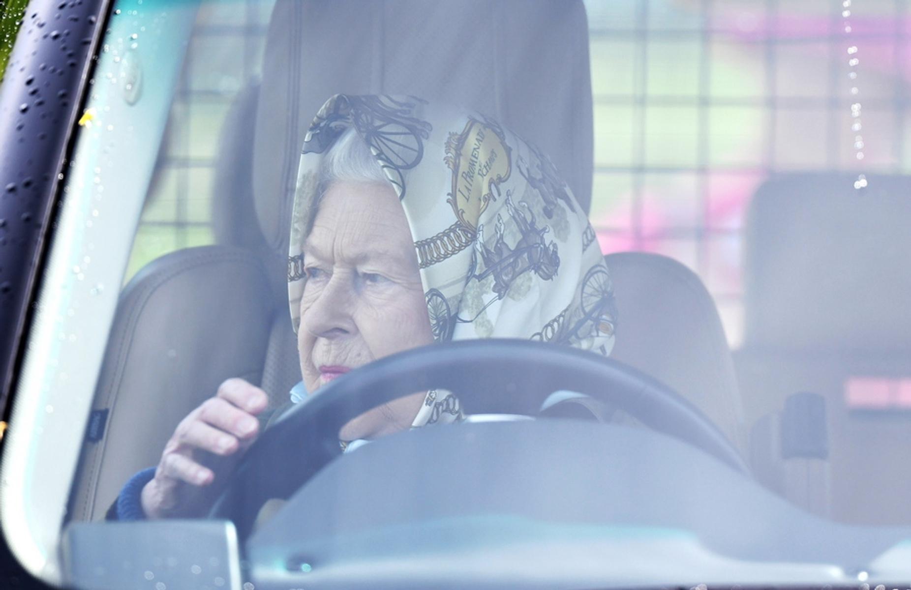 Σκοτεινιασμένη Ελισάβετ! Πρώτη εμφάνιση μετά την βόμβα που έριξαν Χάρι και Μέγκαν στο Μπάκινγχαμ!