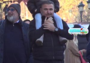 Θεσσαλονίκη: Ευτυχισμένος μπαμπάς ο Αντώνης Ρέμος! Η βόλτα με την κόρη στους ώμους του [video]