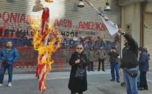 Θεσσαλονίκη: Έκαψαν σημαία των ΗΠΑ έξω από το αμερικανικό προξενείο για τα γεγονότα στη Μέσα Ανατολή [video]
