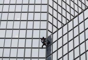 """Παρίσι: Ο """"Γάλλος Spiderman"""" αναρριχήθηκε στον πύργο Total για συμπαράσταση στους απεργούς"""