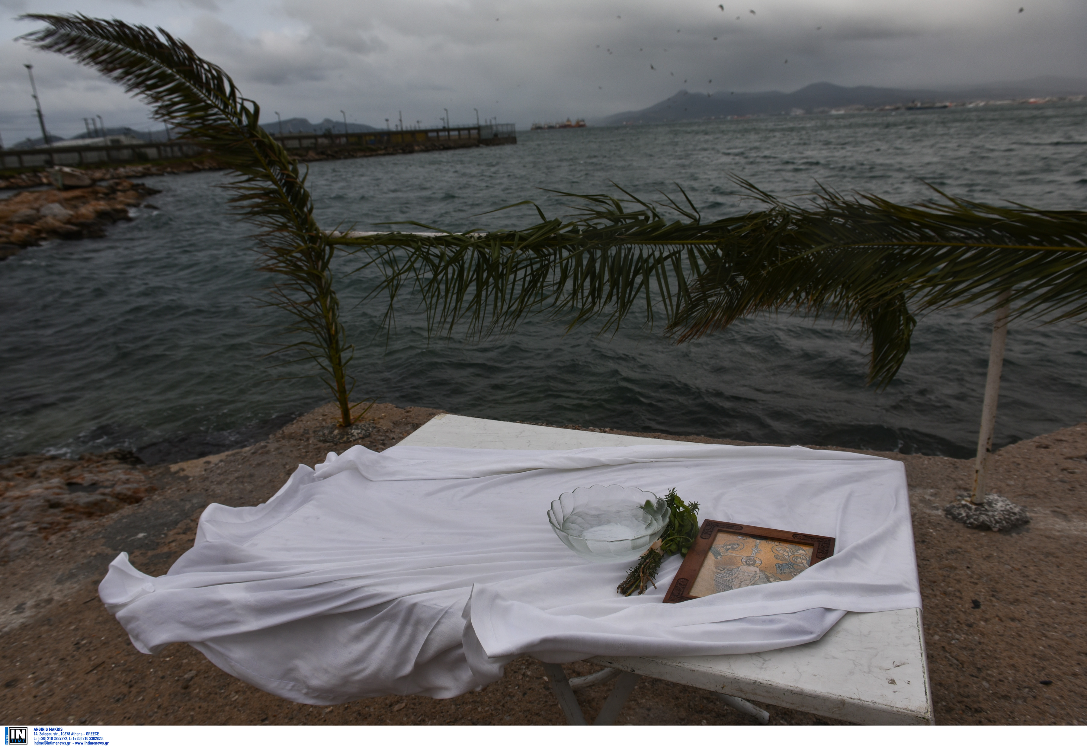 Λάρισα: Το απίθανο των φετινών Θεοφανείων – Ο σταυρός που δεν έπεσε τελικά στη θάλασσα [video]