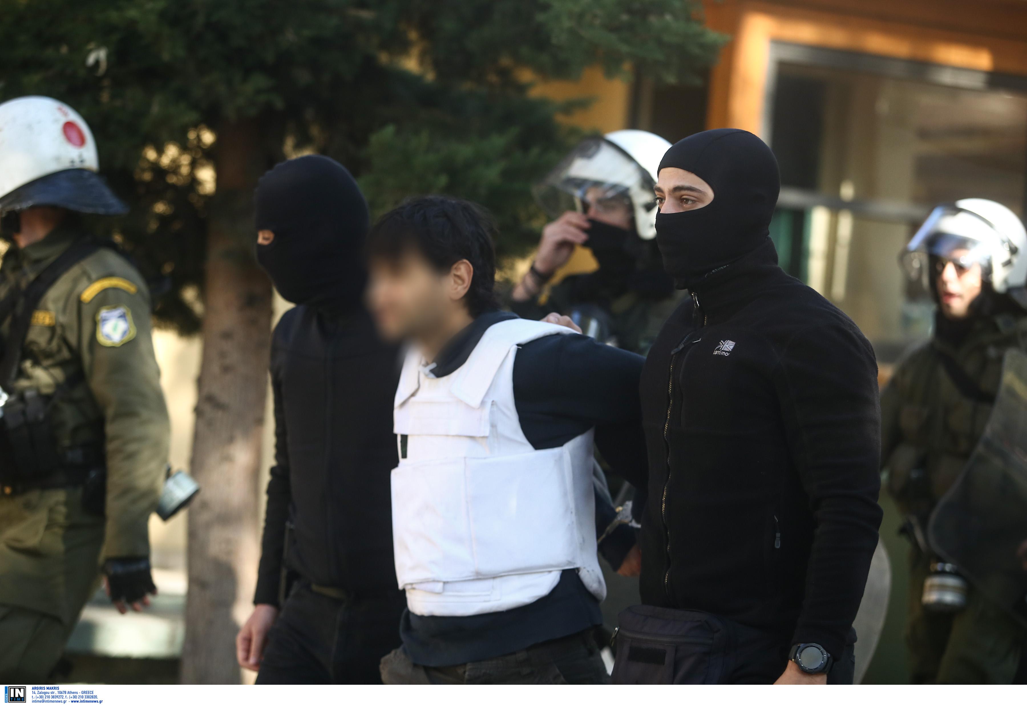 """""""Τοξοβόλος"""": Ψάχνουν γιάφκες και συνεργάτες του σε Αθήνα και Θεσσαλονίκη"""