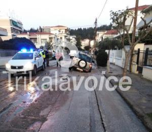 """Τρίκαλα: Ο δρόμος άνοιξε και """"ρούφηξε"""" διερχόμενο αυτοκίνητο! Η εξήγηση πίσω από τις απίθανες σκηνές [video]"""