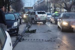 Αυτοκίνητο συγκρούστηκε μετωπικά με λεωφορείο στα Γιάννενα! Ξήλωσε κολώνα φωτισμού και μπήκε στο αντίθετο ρεύμα [pics]