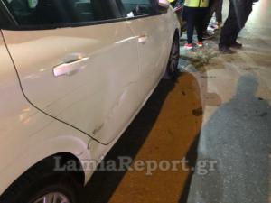 """Λαμία: Τράκαρε ντελιβερά και τον """"πέταξε"""" σε παρκαρισμένα αυτοκίνητα"""