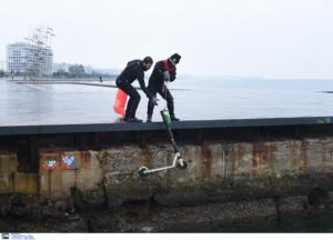 Θεσσαλονίκη: Δύτες βούτηξαν στον Θερμαϊκό και έβγαλαν ηλεκτρικά πατίνια! Έκπληξη από τις εικόνες [pics, video]