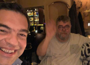 Σήκωσε το κινητό κι έβγαλε selfie με τον Κραουνάκη ο Τσίπρας