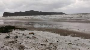 Χανιά: Στα λευκά η παραλία της Αγίας Μαρίνας από το… χαλάζι
